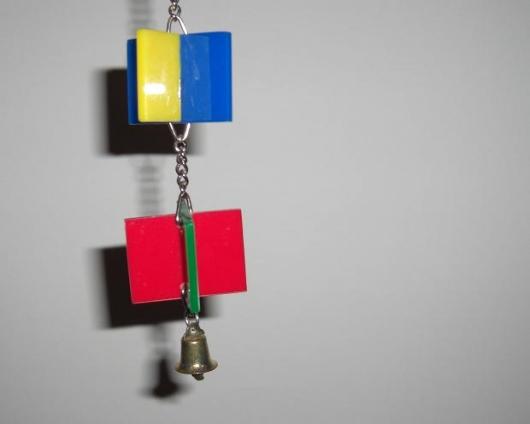 Acrylspielzeug wird von manchen Wellensittichen gerne untersucht