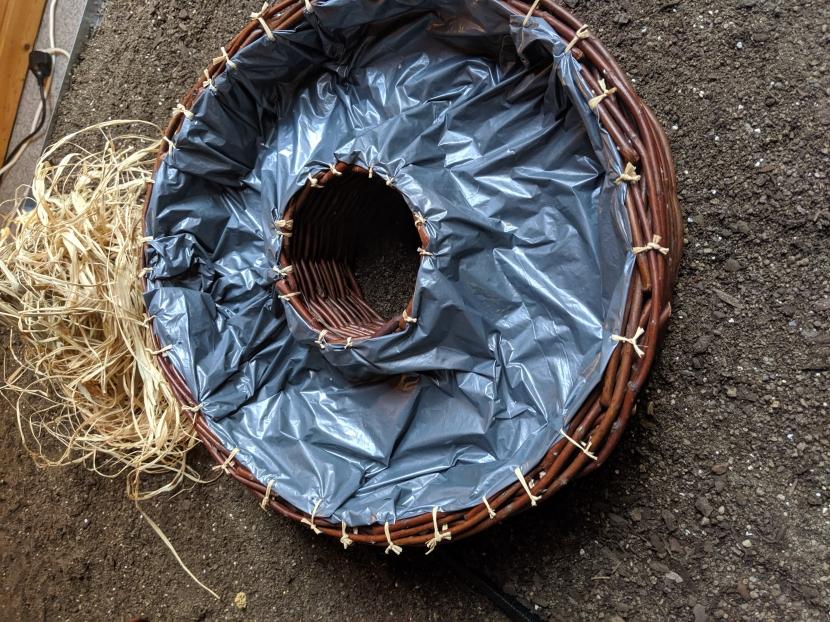 Badeplatz für Wellensittiche mit Vogelbast verknotet