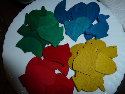 gefärbte Holzfiguren