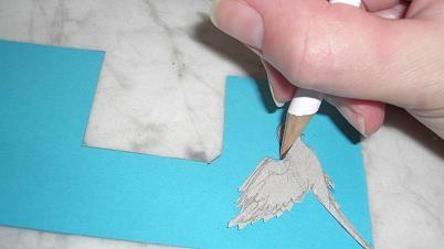 Die Motivvorlage wird mit Bleistift auf Tonpapier abgezeichnet