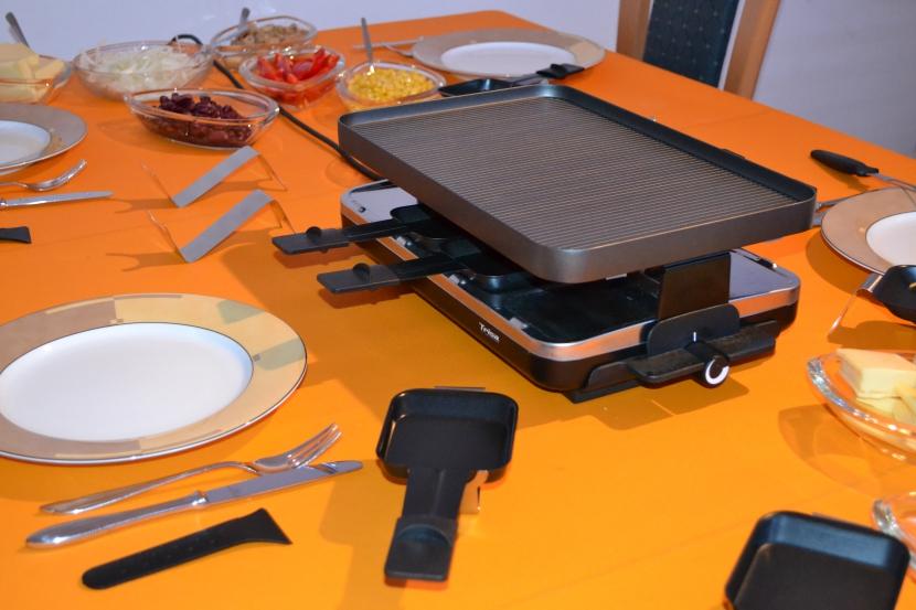 Raclette und gedeckter Tisch