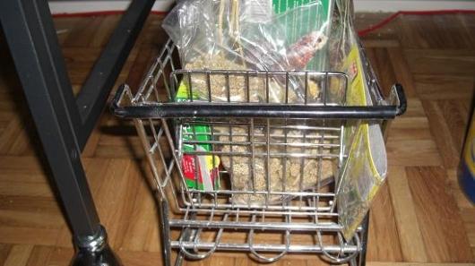 Im Einkaufswagen ist Vogelzubehör gut erreichbar verstaut